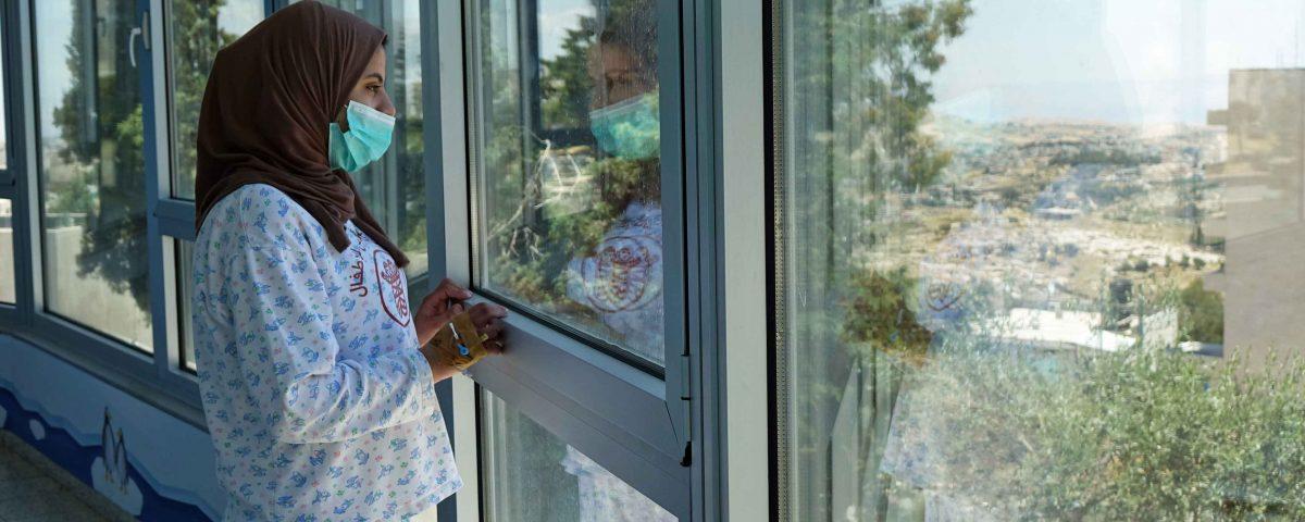 Crescere con una malattia incurabile: la storia e i sogni della fragile Mouna
