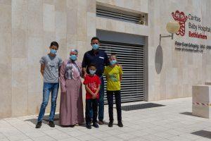I Dar Mohammed davanti al Caritas Baby Hospital.