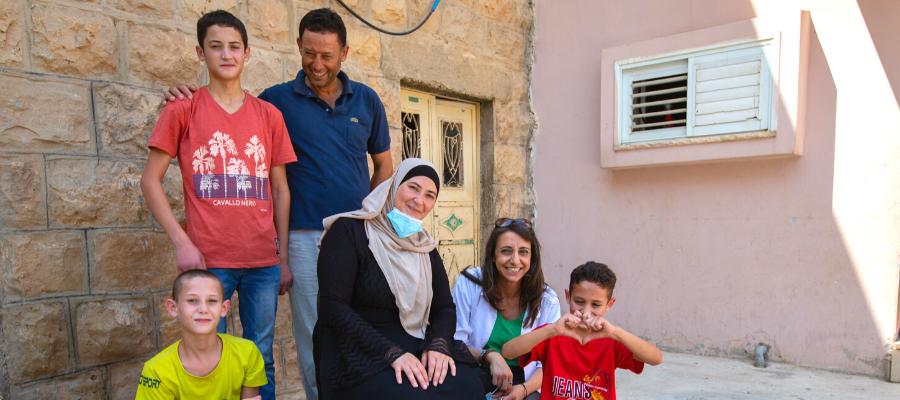 I Dar Mohammed insieme a Rabab Kawwas. L'assistente sociale del Caritas Baby Hospital effettua regolarmente visite a domicilio.