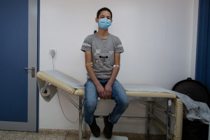 Ahmed, 16 anni, in attesa di essere visitato.