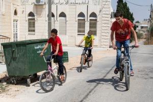 Il gioco preferito dei tre ragazzi è lo scorrazzare in bicicletta