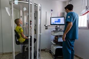I tre fratelli vengono sottoposti regolarmente al test di funzionalità polmonare