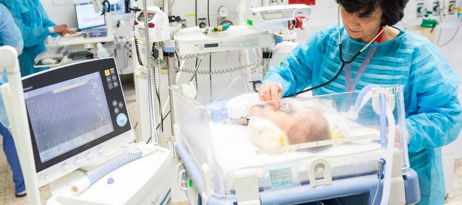 La dott.ssa Hiyam MarzouqaIl, primario del CBH si prende cura di un neonato