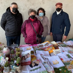 Foto di gruppo mercatino solidale