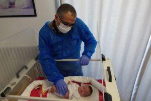 Il dott. George Juha sta visitando Zeina