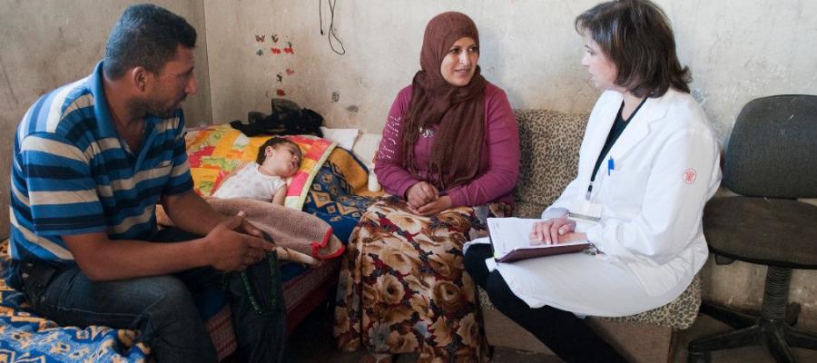 famiglia palestinese con dott.ssa del Caritas Baby Hospital