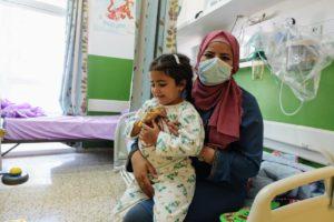 Sarah mentre riceve le cure al Caritas Baby Hospital