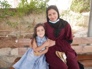 Sarah con la mamma Sandos al Caritas Baby Hospital